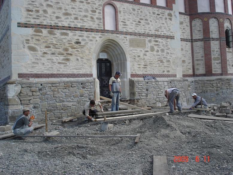 Lucrări împrejurul bisericii